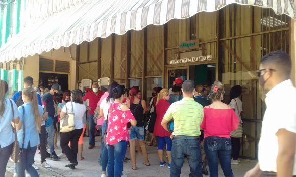 Entre transeúntes y clientes las personas se aglomeran a la entrada de la sucursal 5232 del BPA la más grande de Sancti Spíritus 580x348
