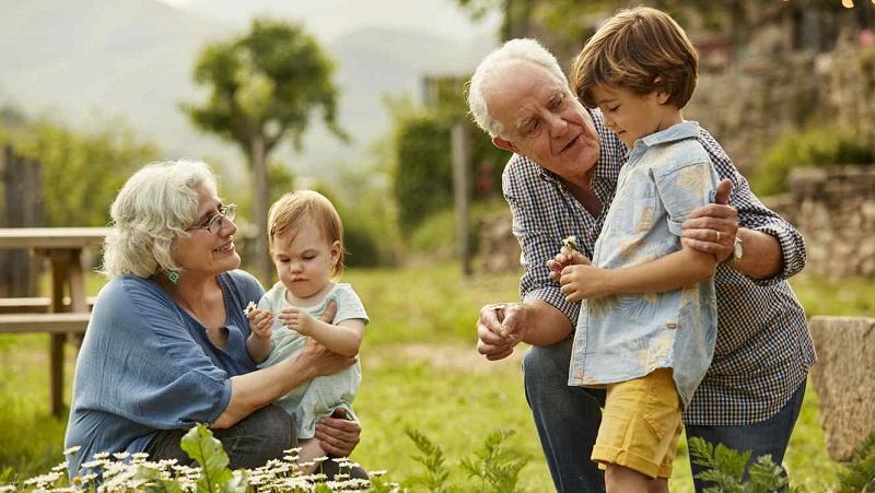 abuelos conviviendo con nietos quirantes