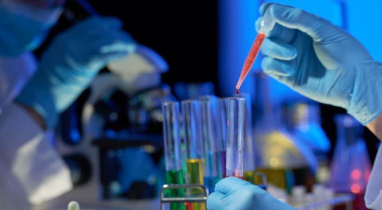 De acuerdo con los expertos del Instituto de Investigación de Medicina de Emergencia Dzhanelidze de San Petersburgo, el COVID-19 se puede tratar de manera similar a una intoxicación por hemotoxinas, —sustancias que destruyen glóbulos rojos de la sangre—, informó Izvestia.  Una hipótesis propuesta anteriormente por científicos chinos sugiere que el coronavirus tiene un efecto hemotóxico. Según su teoría, el virus afecta las células del sistema inmunológico de manera que hacen desplazarse átomos de hierro biv