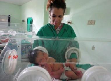 Doctora con recién nacido en incubadora