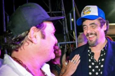 Benicio del Toro conversa con artista cubano
