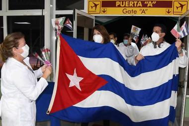 Regresó a Cuba brigada médica que combatió la Covid-19 en México