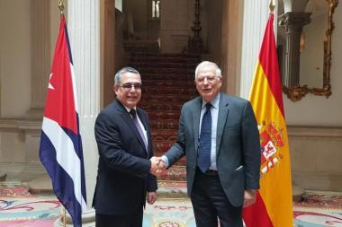 canciller español, Josep Borrell, y el viceministro primero de Relaciones Exteriores de la isla, Marcelino Medina, durante su visita a Madrid