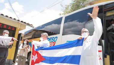 Recibimiento de los médicos cubanos en Huaraz.