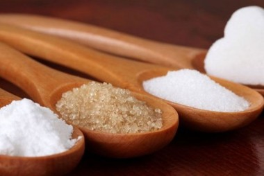 El azúcar moreno y el azúcar blanco son prácticamente iguales. (Foto: Tomada de panorama.com.ve).