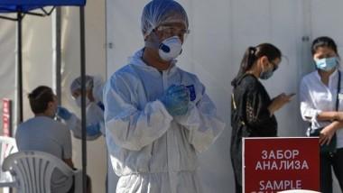 El personal médico de Almaty (Kazajistán) realiza pruebas de la Covid-19 protegidos con EPIs. Foto: Mariya Gordeyeva / Reuters.