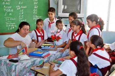 Maestra cubana con sus estudiantes
