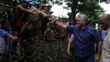 En cada uno de los sitios visitados, el Presidente se detuvo a saludar al pueblo. Foto: Estudios Revolución.