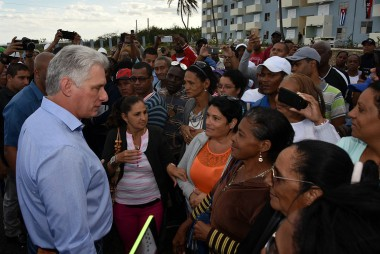 Miguel Díaz-Canel Bermúdez durante su visita de gobierno a La Habana intercambia con el pueblo.