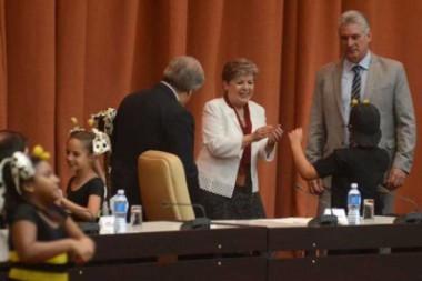 Presidente de Cuba felicita a compañía teatral infantil La Colmenita