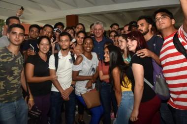 Miguel Díaz-Canel con estudiantes universitarios cubanos