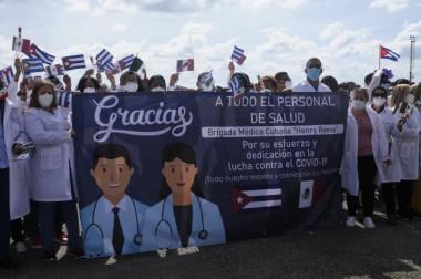 médicos cubanos que arribaron a la Mayor de las Antillas procedentes de México