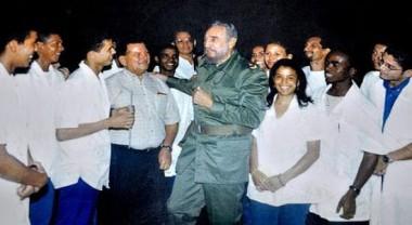 Fidel junto a estudiantes de la ELAM