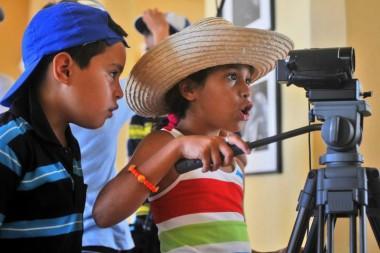 Niños con una cámara de filmación