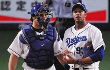 Los cubanos Ariel Martínez y Raidel Martínez en su debut en la Liga Profesional de Japón. Foto: Béisbol Japonés