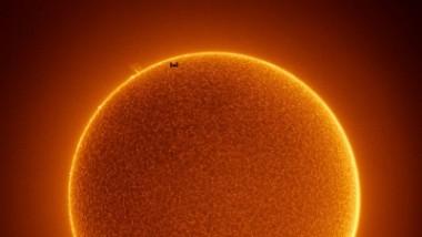 impresionante fotografía de la Estación Espacial Internacional (EEI) pasando frente al Sol