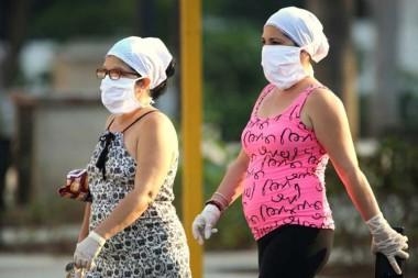 Mujeres cubanas usando nasobuco