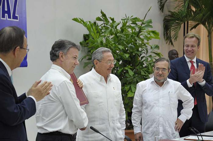 Firma en La Habana del compromiso sobre cese al fuego y de hostilidades bilateral y definitivo, dejación de las armas y garantías de seguridad en Colombia.